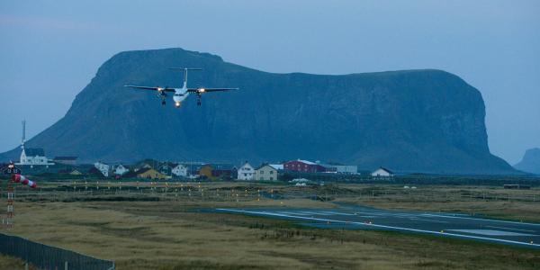 Et Widerøe-fly på vei inn for landing på Røst lufthavn i Lofoten.