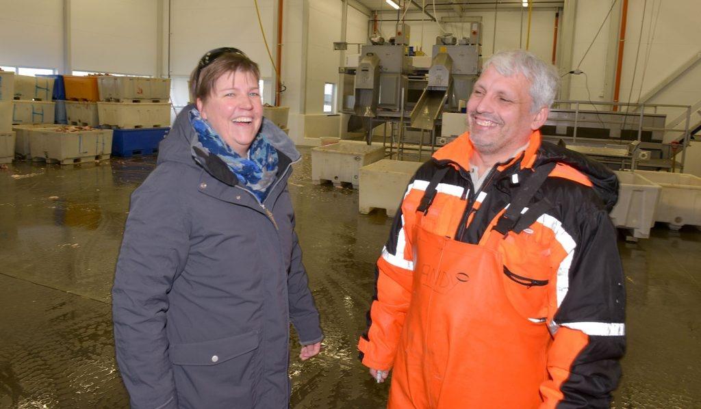 PÅ MOTTAKET: Anne Karine Statle på snarbesøk innom mottaket til Nic. Haug på Ballstad.