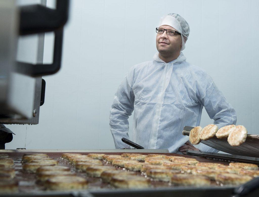 KAKER TIL ALLE: Sigvald Rist ved fiskeburgerlinja hos Lofotprodukt på Leknes.