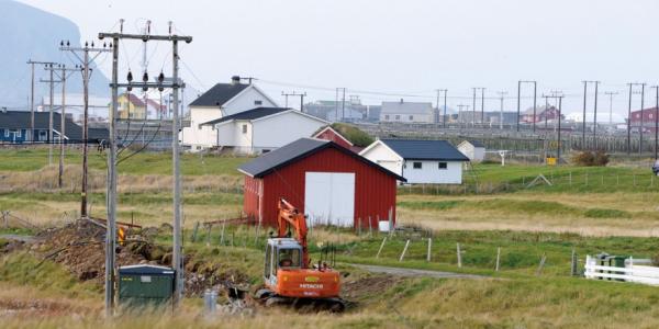 Arbeid har pågått for å fjerne mastene og legge strømkabelen i bakken på Røstlandet.
