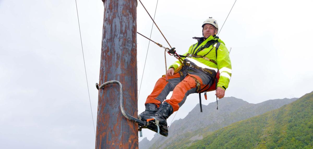 Han sjekker tusenvis av strømmaster