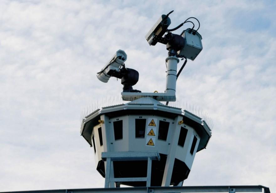 Røst flyplass overvåkes av 14 kameraer, som står i en 360-graders sirkel, supplert med et bevegelig zoomkamera og et IR-kamera (infrarødt) på toppen.