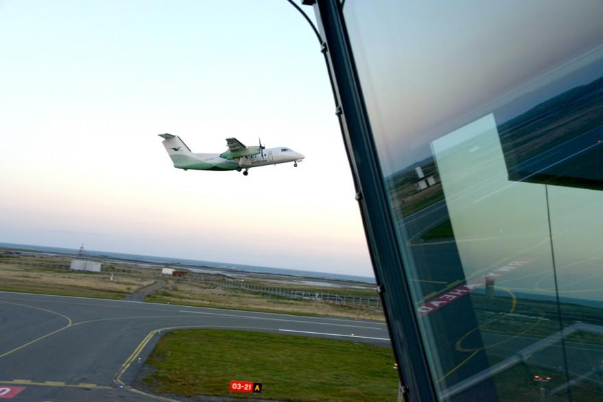 En Widerøe-maskin tar av fra Røst lufthavn med kurs for Leknes.